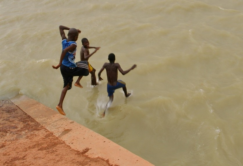 Kids plunging in the lake of the Kolouoko dam