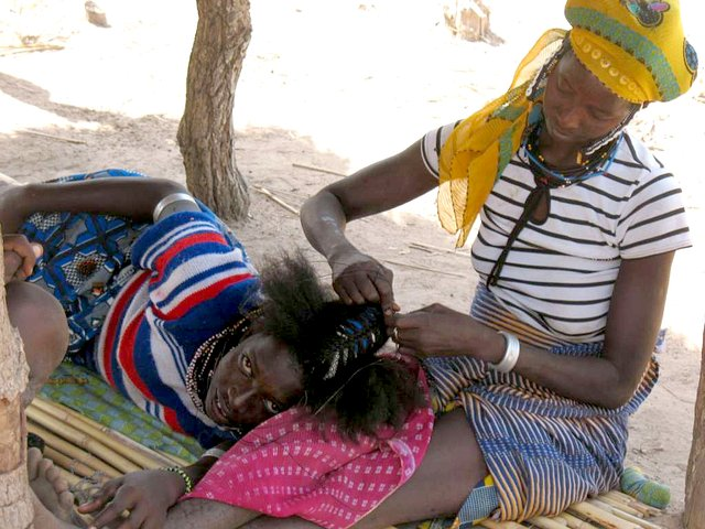 Peul girls mending their hair