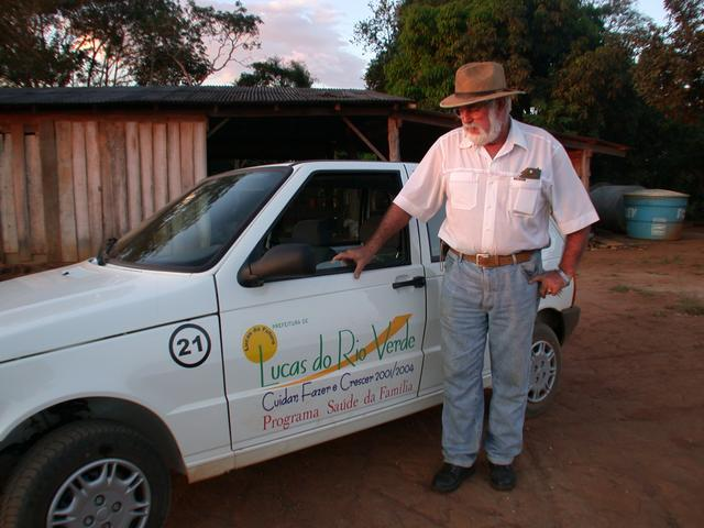 Harri Muller and the car provided by the Lucas do Rio Verde municipality