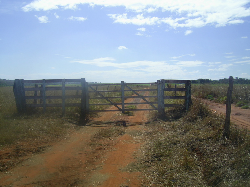 Porteira no caminho (desta vez destrancada) - gate in the way (unlocked in this time)