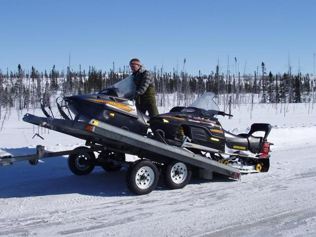 Unloading snowmobiles on the road to Wemindji - Débarquement des motoneiges sur la route de Wemindji