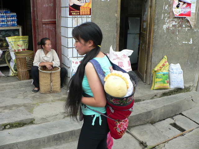Baby in backpack in Shāgōu.