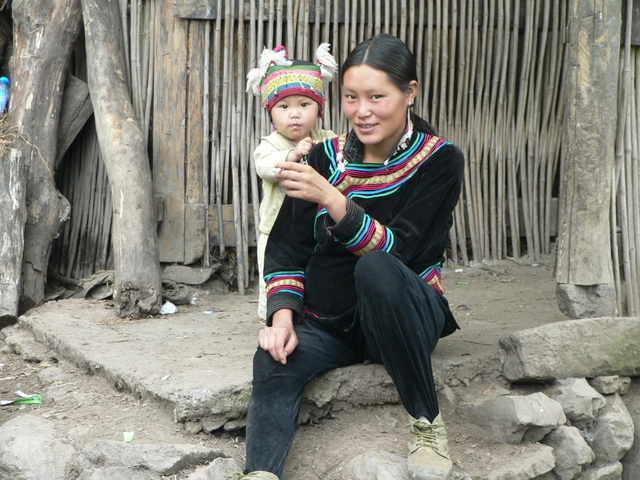 Mother and child in Gǔjǐng Village.