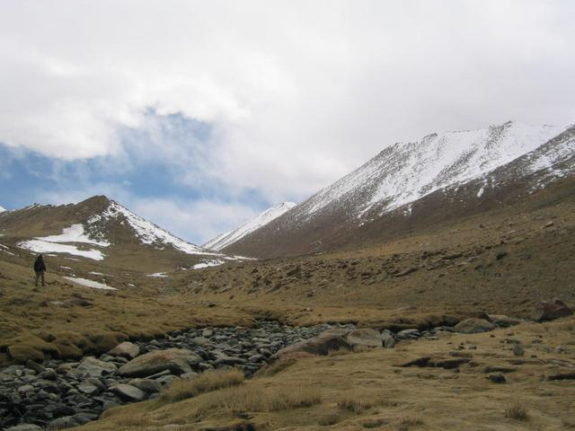 Before U-shaped valley; 'confluence mountain' to right, front; Robert in front of intrusive dyke to left.