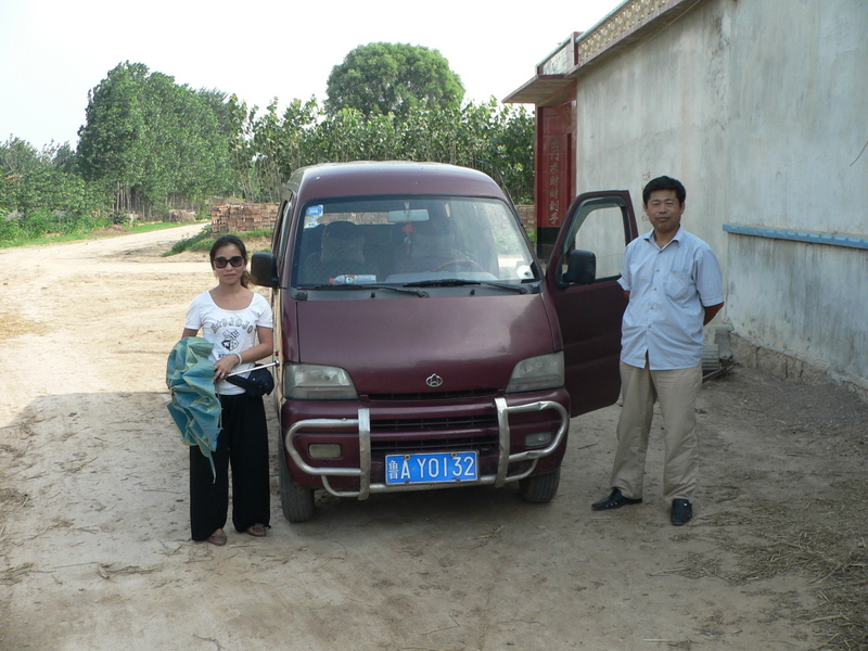 Ah Feng and our driver, next to the minivan in Hābāgōu Village