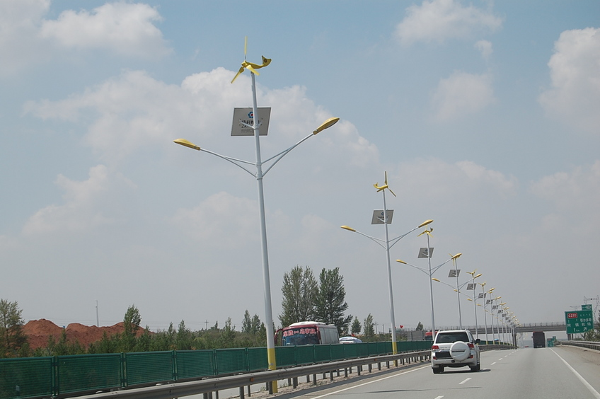 Expressway lighting using dual-source renewable power from wind and sun.