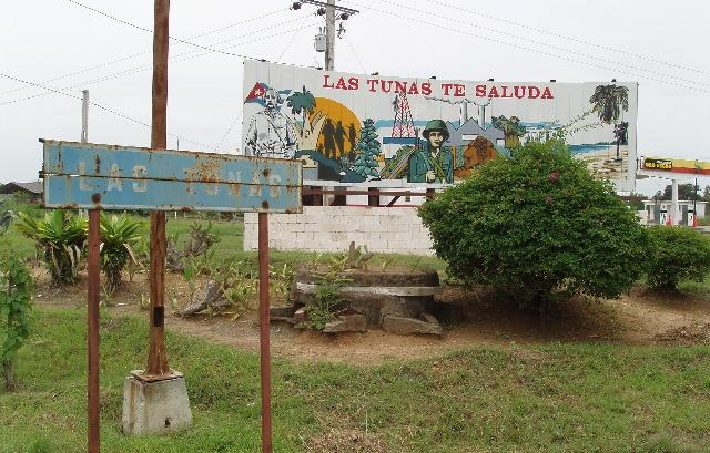Revolutionary piece of art at the crossroads where we left Carretera Central
