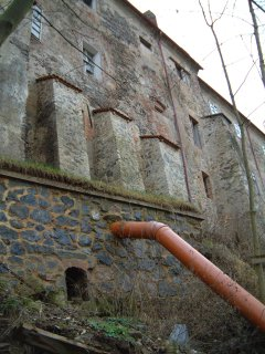#1: The back of Nižbor Chateau showing the drain pipe that cuts through N50E14.