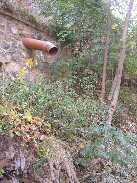 The waste tube has been cut since previous visit... (the confluence seems to be a few steps below the right edge of this picture)