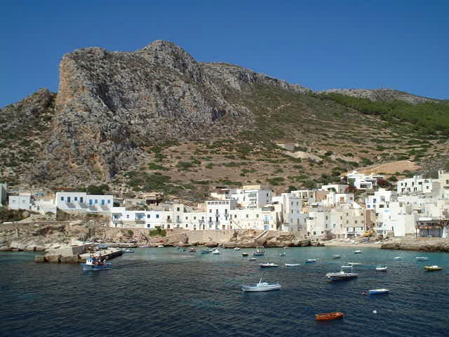 Ferry stop at the island of Levanzo - Breve sosta del traghetoo sull'isola di Levanzo