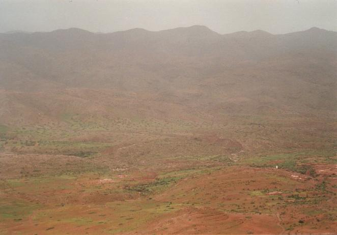 View from the top of the cliff into the valley of the Asif n-Ayt Mūsā (Confluence close to the white minaret in the lower right corner)
