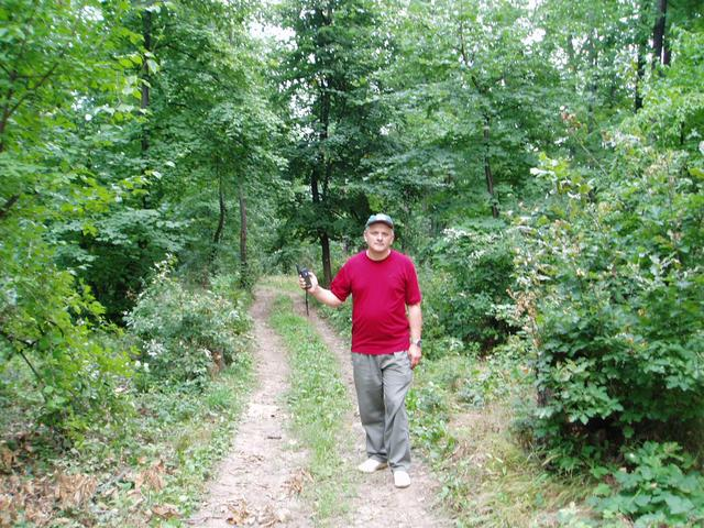 Liviu pe drum, la intrarea in padure/Liviu on the trail, entering the forest
