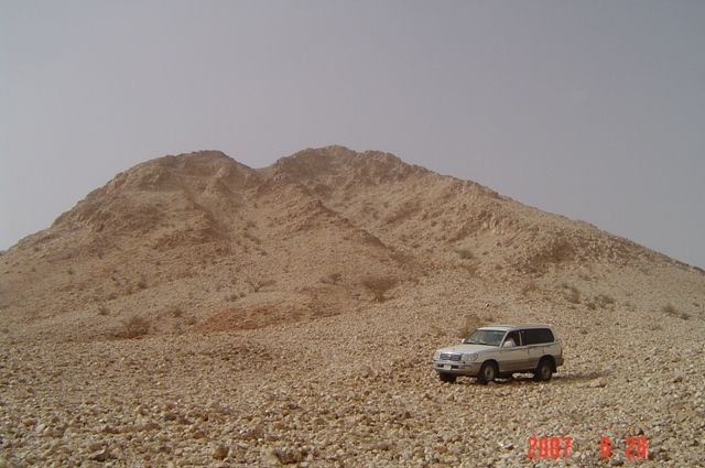 al-Sa'ira mountain is the biggest of the quartz mountains on the Arabian peninsula and it is 20 km to the West of the Confluence.