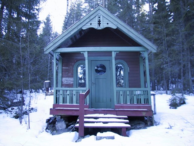 A small cabin used by a local fishing club approximately 150 m east of the confluence