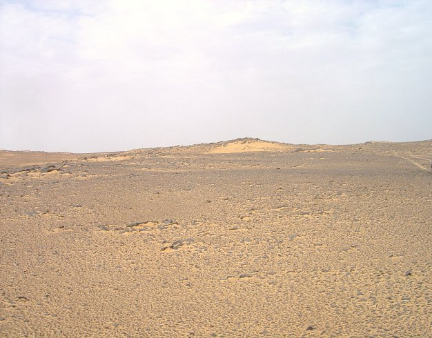 View of confluence site with Nubian Sandstone outcrops, loose fragments and aeolian sand
