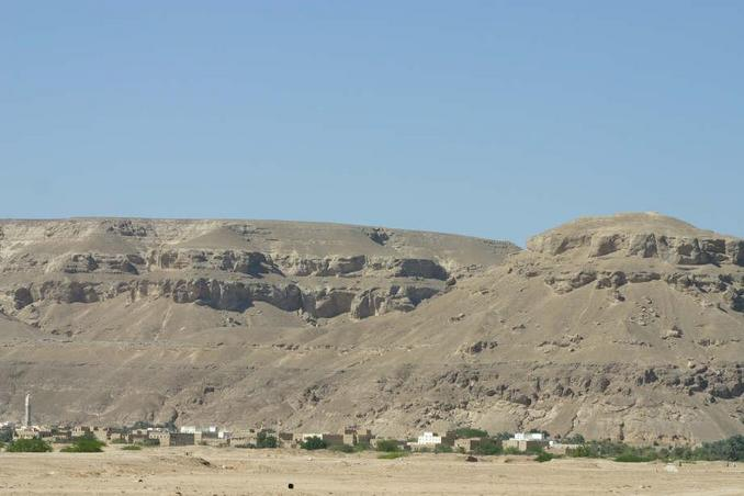 Close-up of the eastern 'wall' of Wādiy Hadramawt